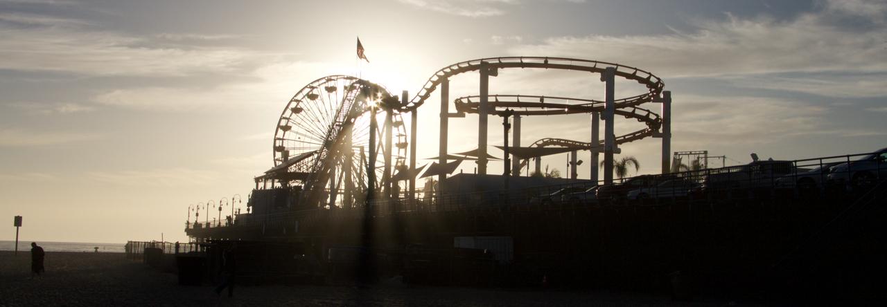 Berg- och Dalbana i motljus. Santa Monica Pier, CA. USA.